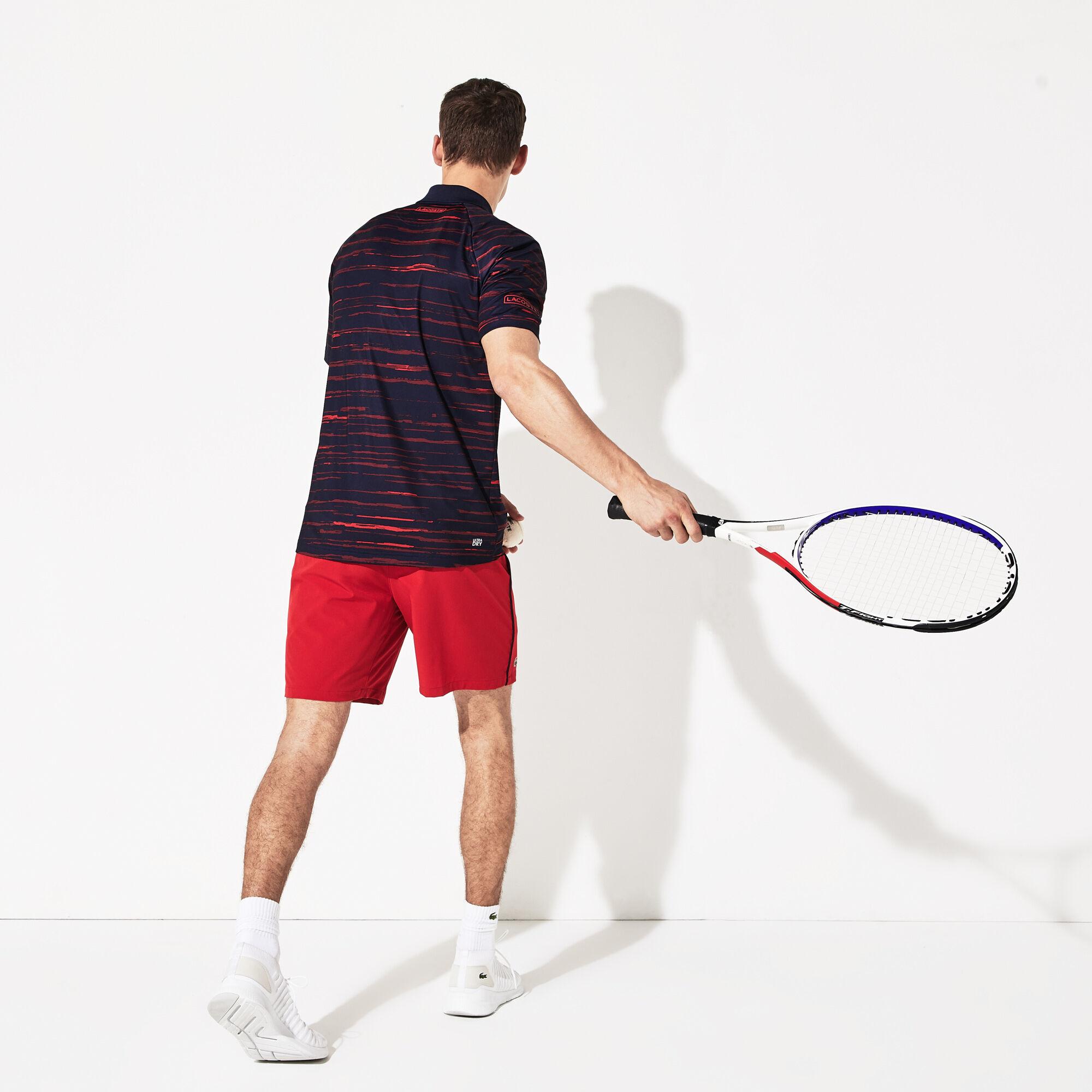 قميص بولو للرجال من الجيرسيه مزدان بالطبعات الخاصة بمجموعة Novak Djokovic منLacoste SPORT