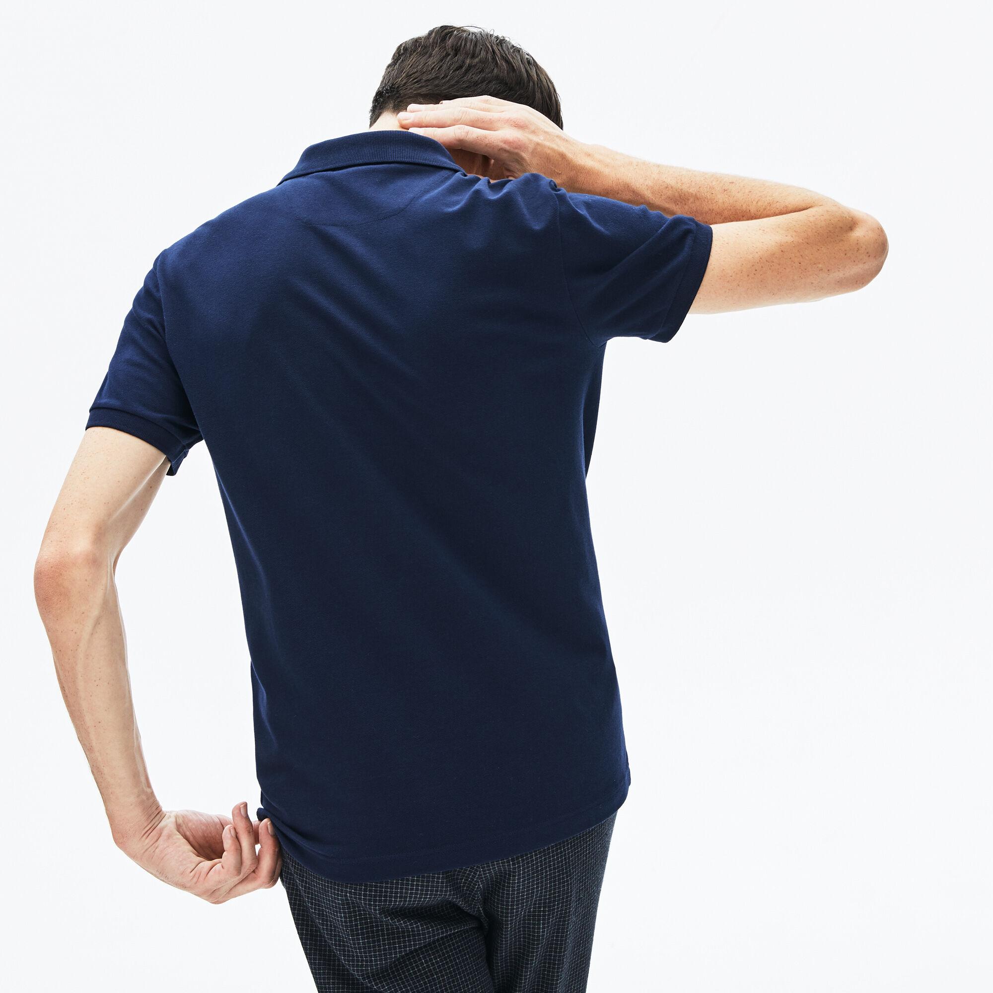 قميص بولو للرجال من بيكيه المرن ذو قصة ضيقة وكلمة Lacoste المميزة بألوان متعددة